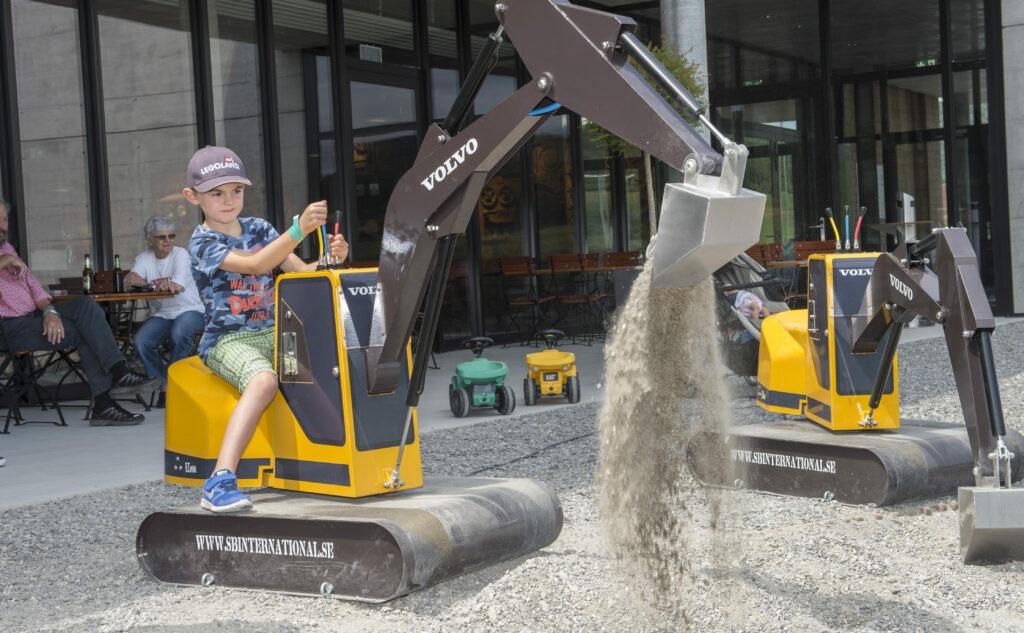 Mit den Spielbaggern können die Kinder sich wie richtige Bauarbeiter fühlen.