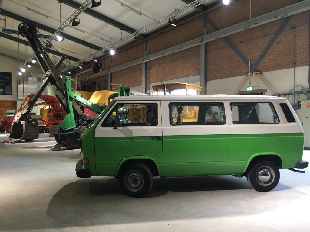 VW Bus zwischen den Baumaschinen