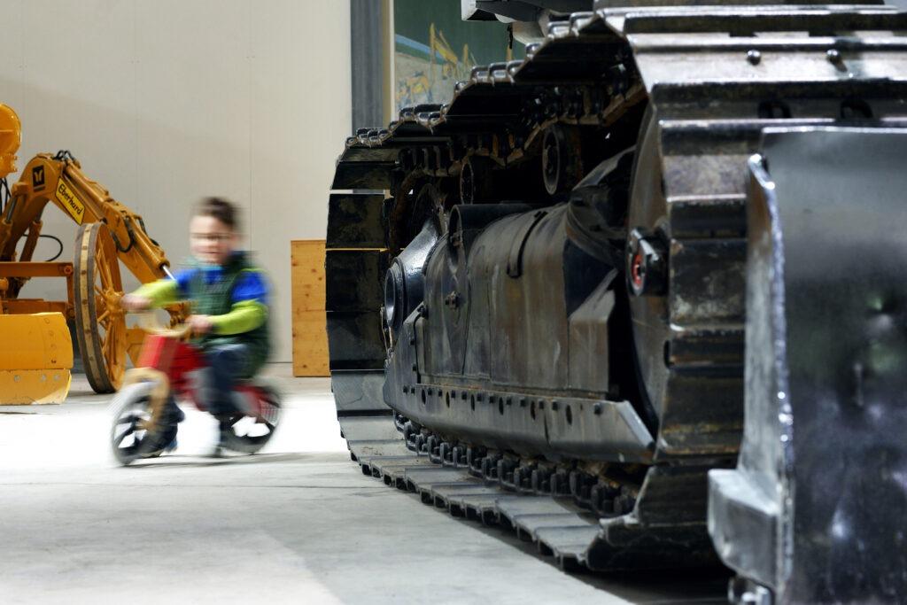 Kind flitzt durch Baggermuseum
