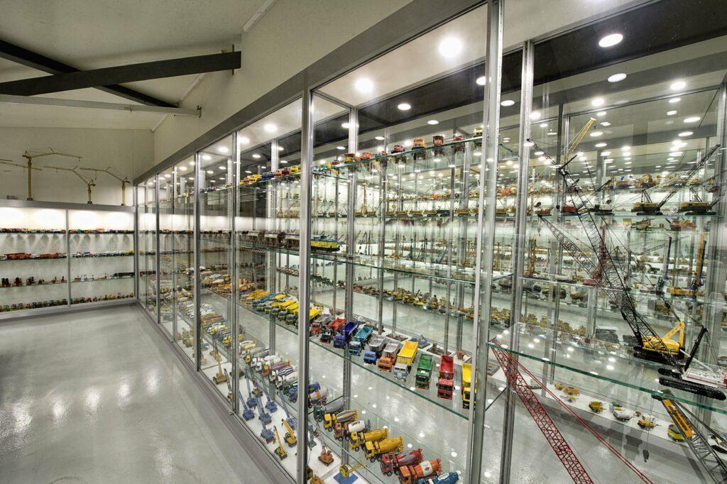 Modellausstellung: Unzählige Baumaschinen, Lastwagen und Kranmodelle