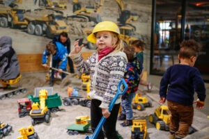 Baustelle spielen im Sandkasten Kinderspielplatz