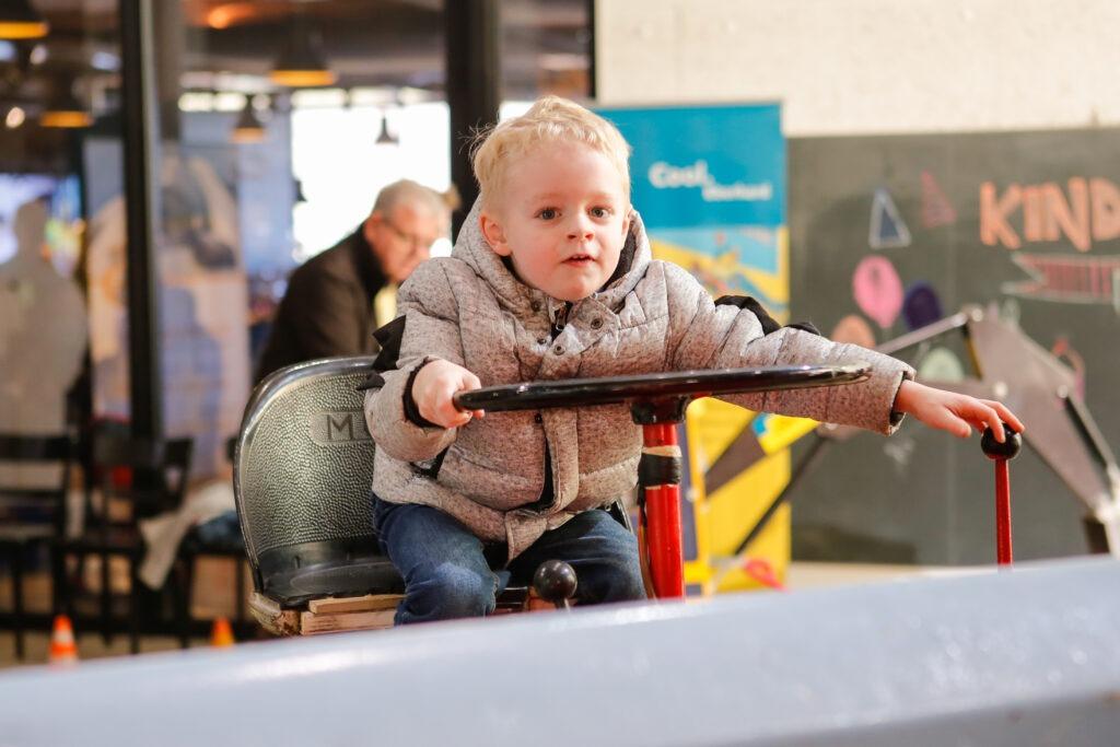 Kinder dürfen selber eine Maschine steuer