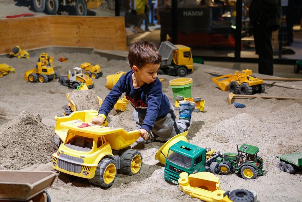 Kinderspielplatz mit riesigem Sandkasten