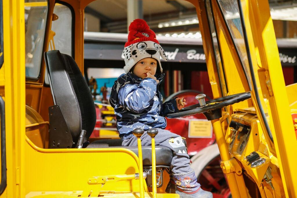 Kleine Kinder auf grossen Maschinen